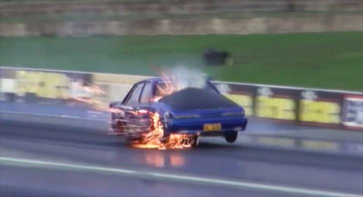 لحظة انفجار محرك سيارة مخصصة لسباقات التسارع