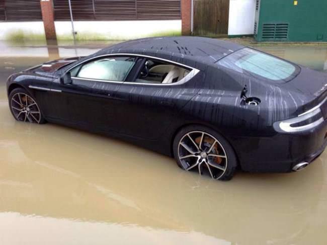 استون مارتن رابيد S تتعطل في بركة من مياه الامطار