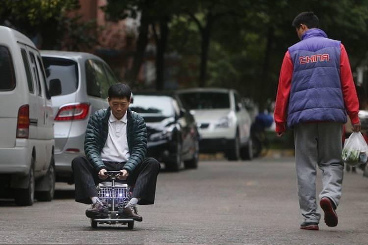 رجل صيني يصنع أصغر سيارة في العالم