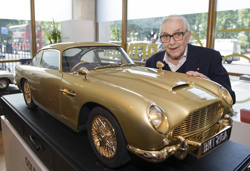 مجسم مطلي بالذهب لسيارة استون مارتن دي بي 5 للبيع