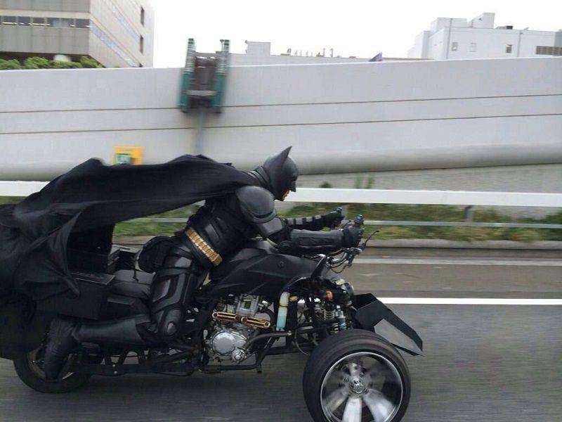 باتمان يتجول على دراجته في اليابان