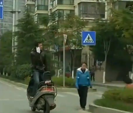 طريقة جنونية لقيادة دراجة نارية على الشارع