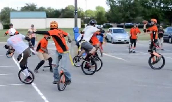 دراجات هوائية بعجلة واحدة تخوض مباراة كرة قدم