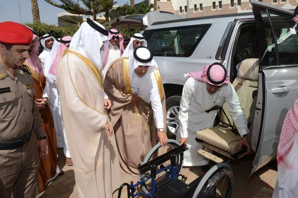 أمير سعودي يسلم 11 سيارة مجهزة لذوي الاحتياجات الخاصة