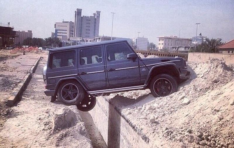 مرسيدس G-Class تعلق في حفرة في الكويت