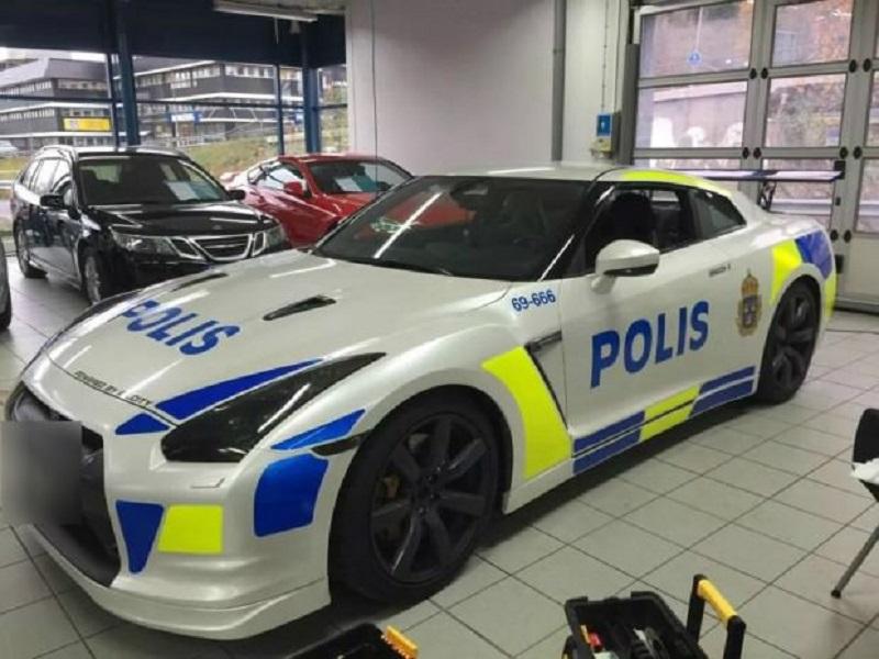نيسان جي تي ار تتحول إلى سيارة شرطة