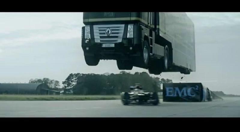 رقم قياسي جديد بعد قفز شاحنة فريق لوتس فوق سيارة فورمولا 1