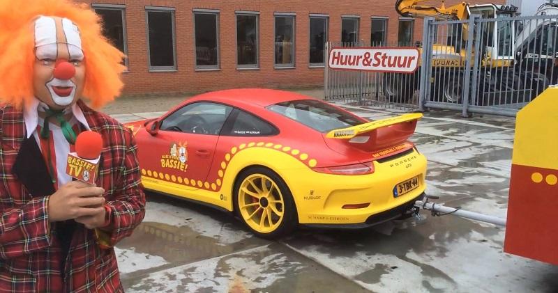 مهرج يقود سيارة بورش 911 جي تي 3 جديدة في هولندا