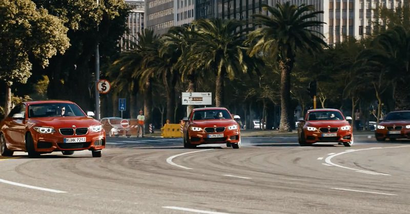 خمس سيارات بي ام دبليو M235i كوبيه تقوم بالدريفت معاً