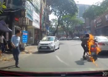لحظة احتراق دراجة أثناء سيرها على الطريق في فيتنام