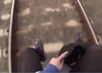 الشرطة تبحث عن راكب قطار سجل هذا الفيديو الخطير