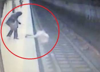 امرأة تلقي بشابة تحت عجلات مترو - فيديو