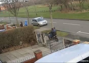 حادث دهس دراجة لفتاة يتسبب في دخولها بغيبوبة - فيديو