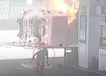 حادث عنيف بين شاحنتين كاد ينتهي بكارثة في محطة وقود