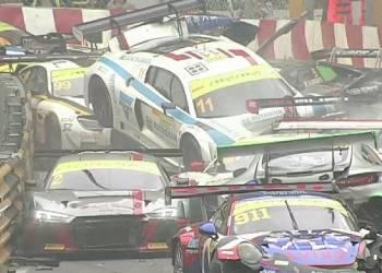 حادث في بداية سباق يكلف ملايين الدولارات