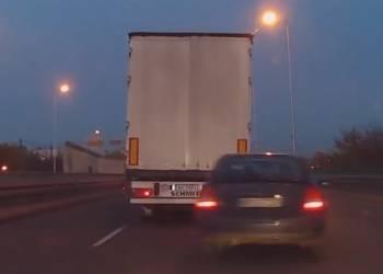 حادث كارثي أثناء محاولة سيارة مسرعة تجاوز شاحنة - فيديو