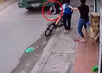 شاهد طفل ينجو من الموت تحت عجلات شاحنة