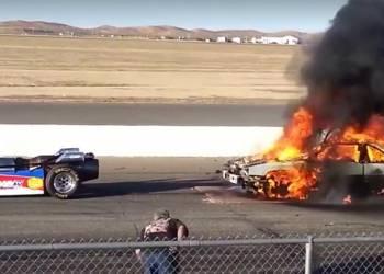 شاهد عادم سيارة سباق صاروخية يحرق سيارة بالكامل