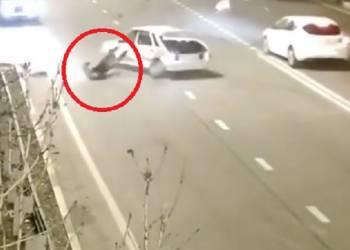 راكب سيارة يطير في الهواء بعد حادث سير عنيف - فيديو