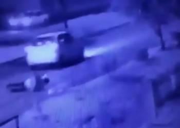 رجل يسقط على الطريق ويتهم سائق اوبر برميه من السيارة - فيديو