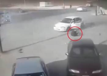 ردة فعل مفاجئة لسائق بعد سقوطه من سيارته بحادث بالأردن - فيديو