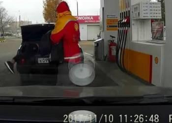 هذا ما فعله سائق بعدما اغلق سيارته والمفتاح بداخلها