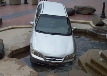 سيارة تسقط في نافورة محكمة بعد التفحيط بساحتها - فيديو