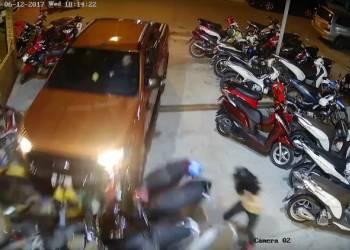 لحظة اصطدام سيارة بمجموعة من الدراجات النارية - فيديو
