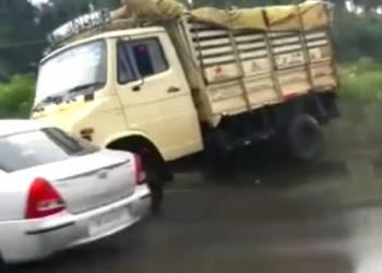 شاهد شاحنة مسرعة تصعد على الرصيف وتصدم سيارة