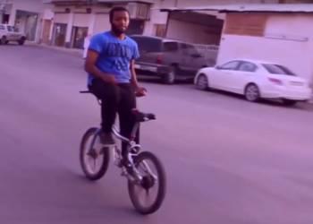 شاهد سعودي يجلس على مقود دراجةهوائية بالعكس ويقودها على الطريق