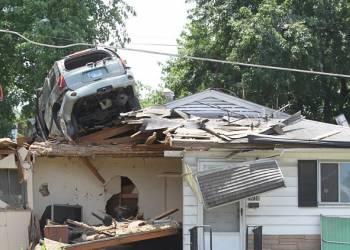 شاهد سيارة تسقط على سقف منزل في حادث غريب