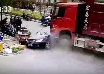 شاهد شاحنة تصدم سيارة وتدهس 4 اشخاص
