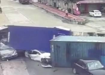 شاهد شاحنة تنقلب فوق سيارات وتسحقها