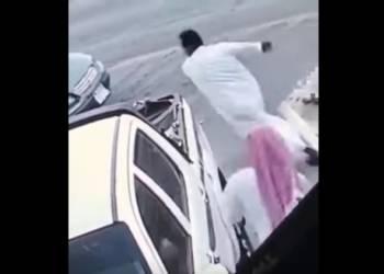 شاهد صاحب سيارة يضبط لصا ويلحقه بالحذاء