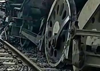 شاهد قطار بلا مكابح وبدون سائق يخرج عن السكة