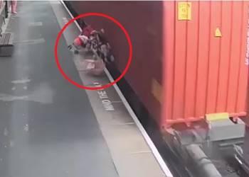 شاهد قطار يصدم عربة طفل
