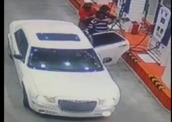 شاهد مسلحين يخطفون عامل محطة وقود بالسعودية