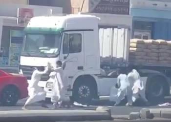 شاهد مشاجرة جماعية بسبب حادث بين شاحنة وكمارو بالسعودية