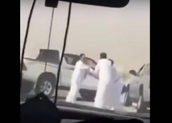 شاهد مشاجرة عنيفة على الطريق بسبب قطيع ابل بالسعودية