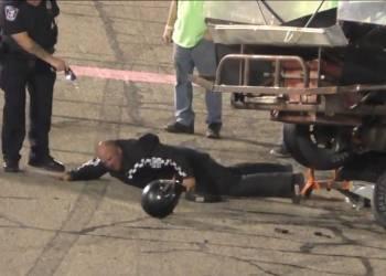 شاهد الشرطة تستخدم الصاعق الكهربائي لأيقاف مشاجرة بين سائقي سباقات