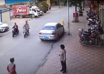 طفل في السابعة من عمره ينقذ طفلا تعرض للدهس - فيديو