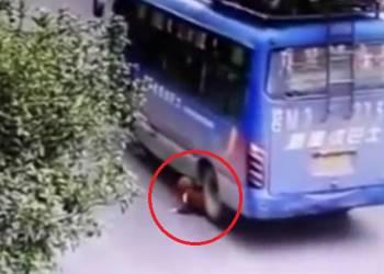 طفل ينجو من الموت بعد مرور عجلات حافلة على جسده - فيديو