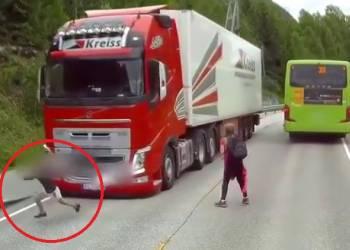 شاهد طالب مدرسة ينجو من حادث دهس شاحنة ضخمة بأعجوبة