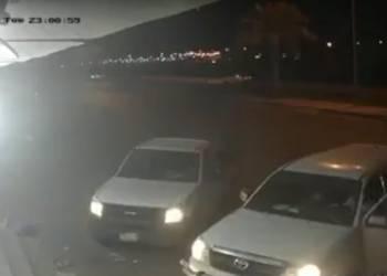كاميرا مراقبة تسجل سرقة سيارة تركها صاحبها بوضعية التشغيل بالسعودية