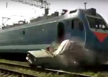 لحظة اصطدام قطار بسيارة في روسيا