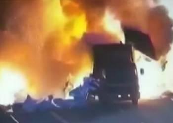 لحظة انفجار مرعبة نتيجة اصطدام شاحنتين