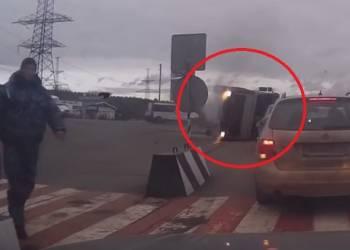 لحظة انقلاب شاحنة على منعطف - فيديو