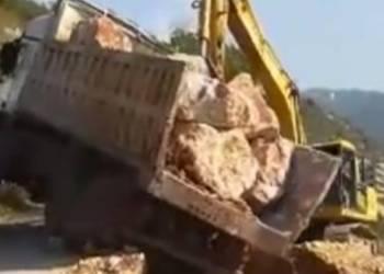 لحظة انقلاب مرعبة لشاحنة تحمل صخور - فيديو