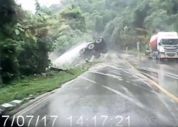 لحظة تدهور شاحنة كبيرة على طريق زلق