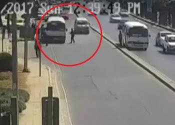 لحظة تعرض شخص للدهس أثناء عبور الطريق في الأردن